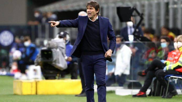 Conte dà istruzioni ai suoi calciatori