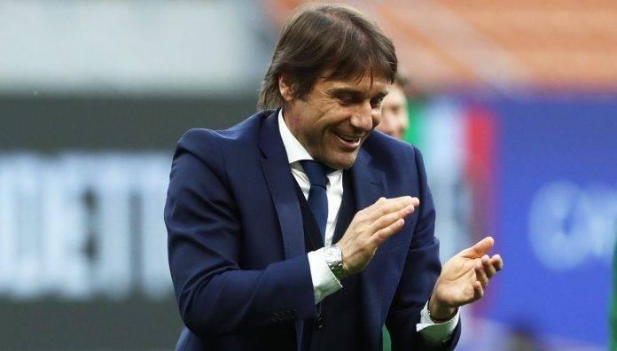 Antonio Conte applaude