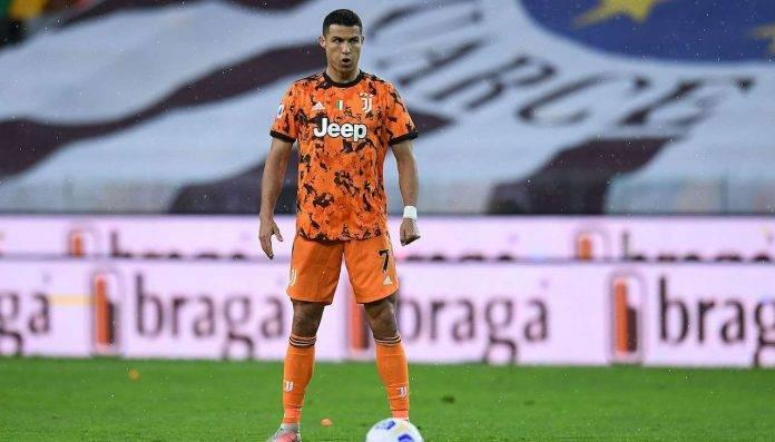 Cristiano Ronaldo si prepara per la punizione