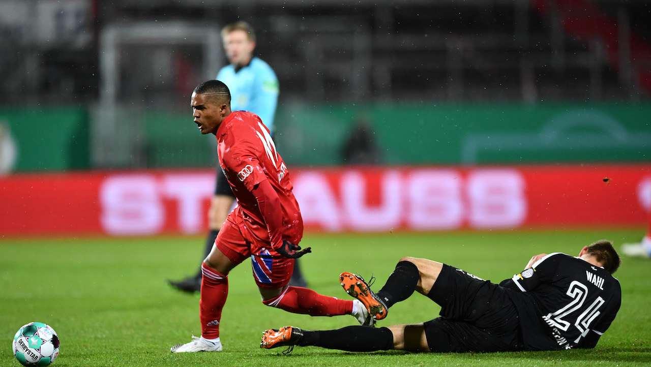 Douglas Costa salta l'avversario