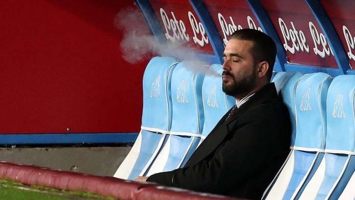 Edoardo De Laurentiis mentre fuma in panchina prima di una partita del Napoli