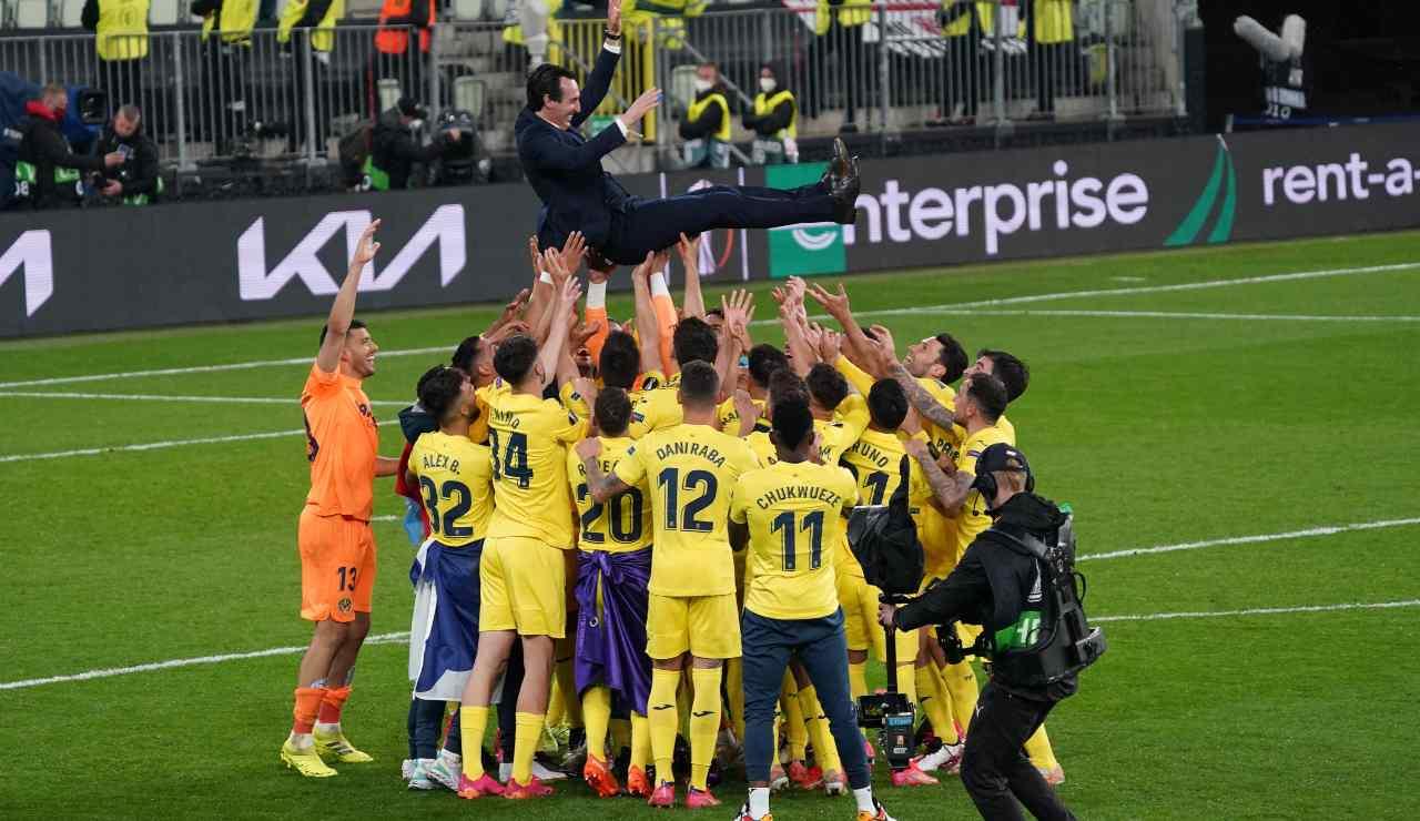 Emery portato in trionfo dai calciatori del Villarreal