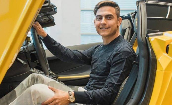 Dybala a bordo della sua nuova Lamborghini