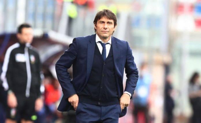 Antonio Conte con le mani sui fianchi