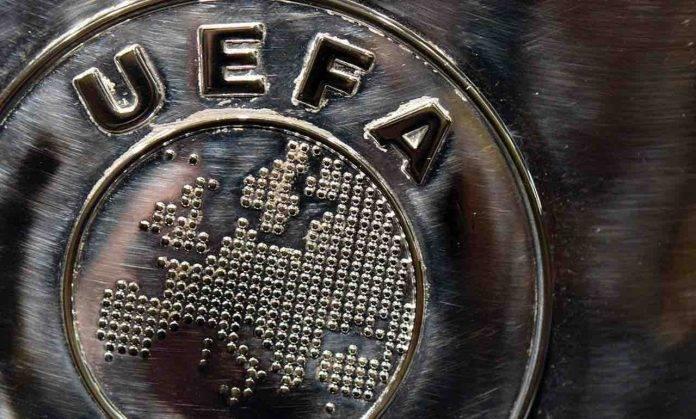 Il logo della UEFA inciso sul trofeo della Champions