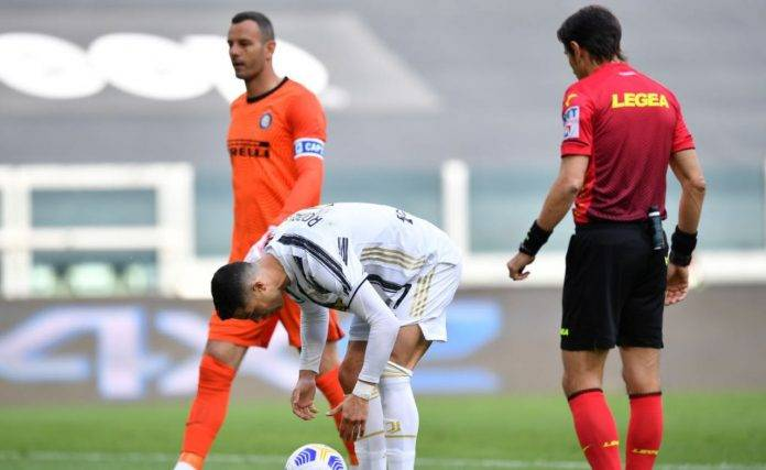 Cristiano Ronaldo si appresta a battere il rigore contro l'Inter