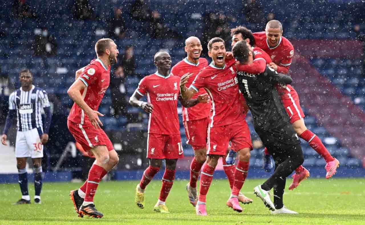 Alisson abbracciato dai compagni dopo il gol