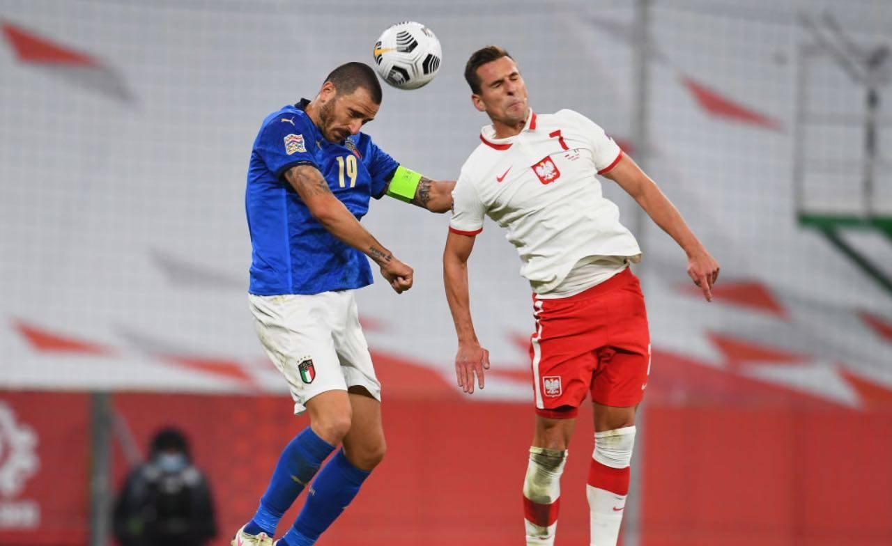 Milik e Bonucci si contendono una palla alta