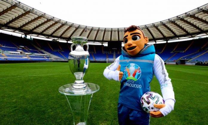 Mascotte Euro 2020 con trofeo degli europei all'Olimpico