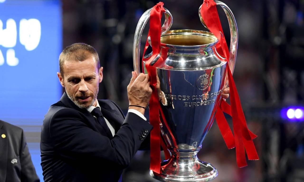 Ceferin alza la coppa della Champions