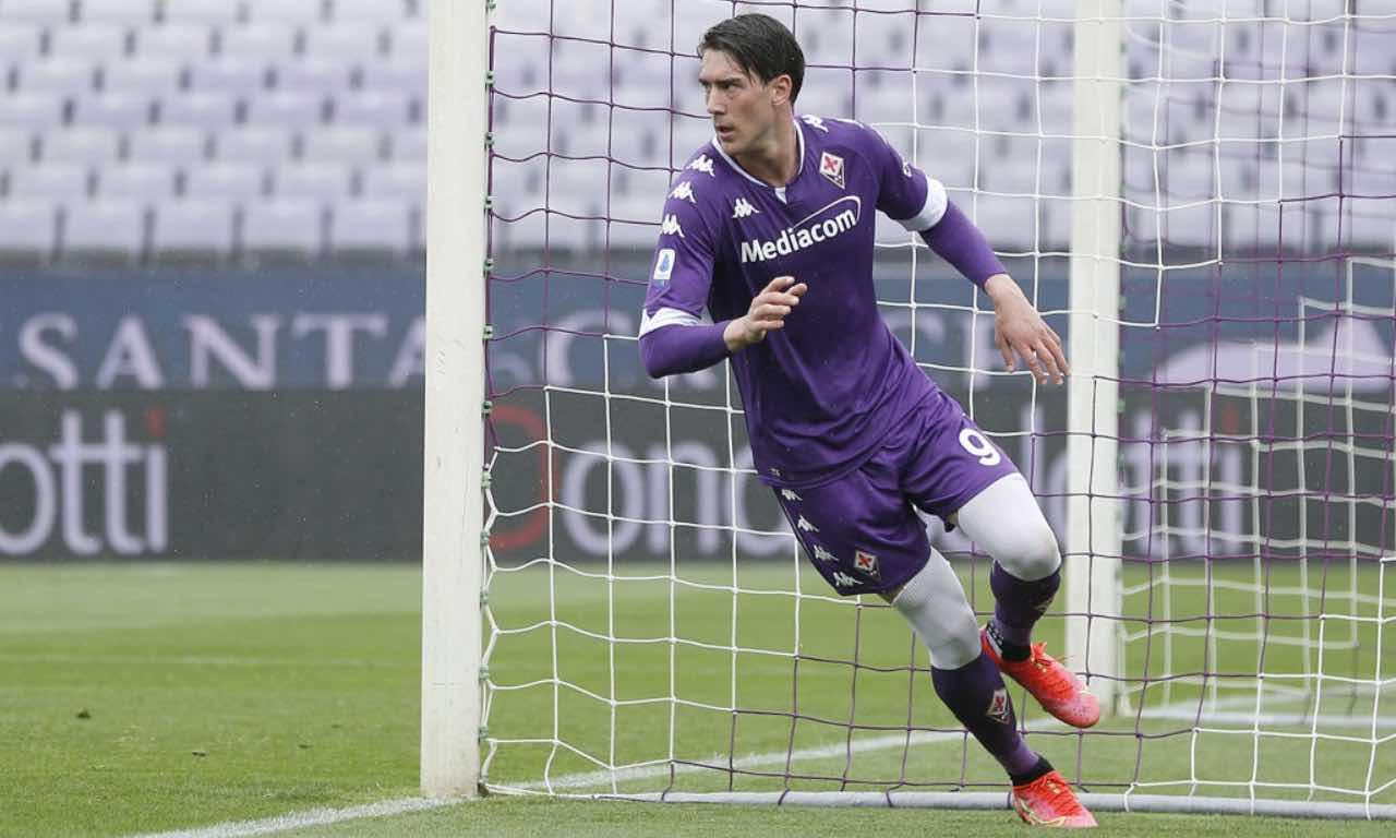 Vlahovic esulta dopo un gol con la Fiorentina