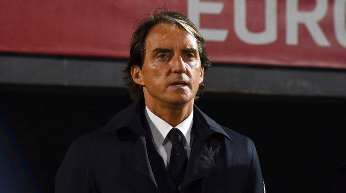 Mancini guarda il campo