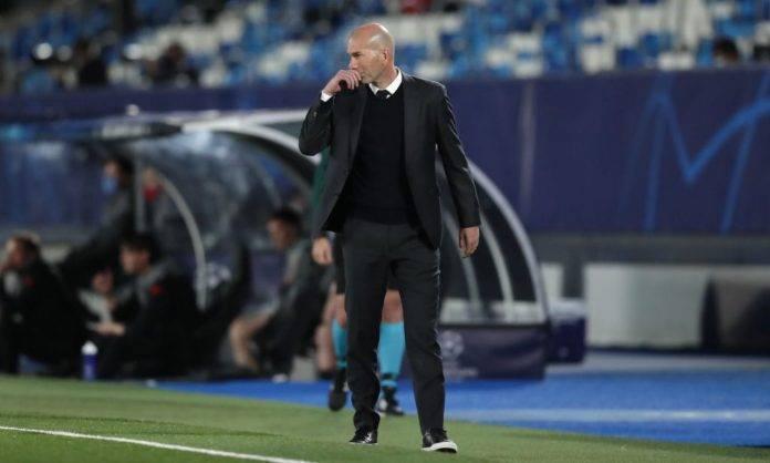 Zidane dà indicazioni alla squadra