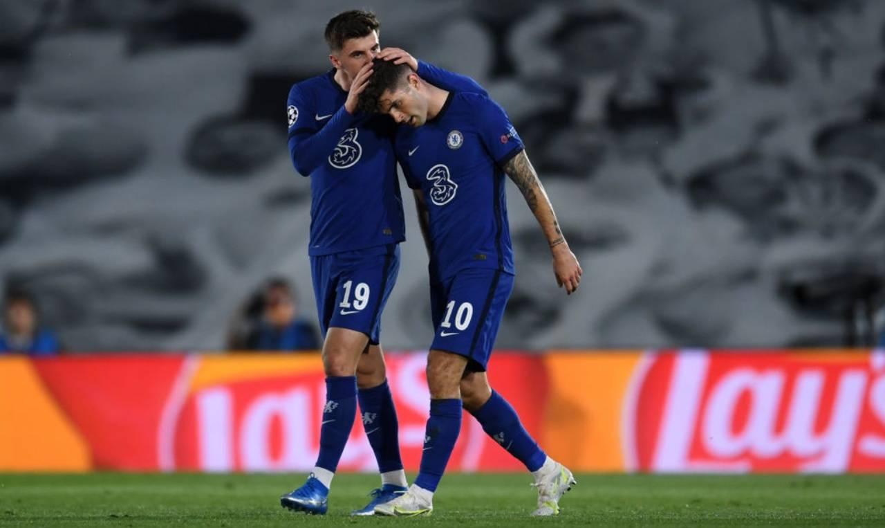 Pulisic e Mount festeggiano il gol del Chelsea in Champions