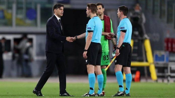 Paulo Fonseca saluta l'arbitro