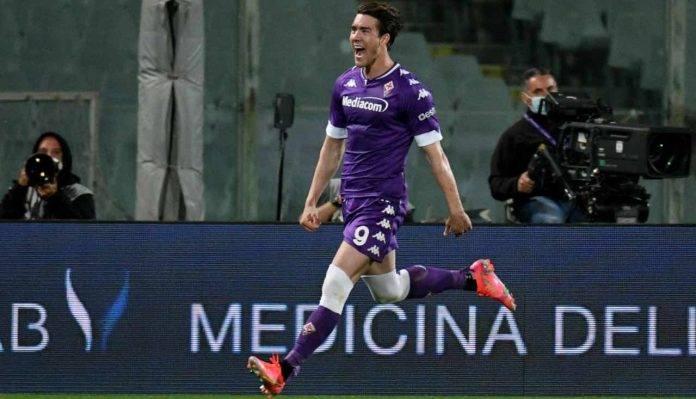 Fiorentina, Vlahovic esulta dopo un gol alla Lazio