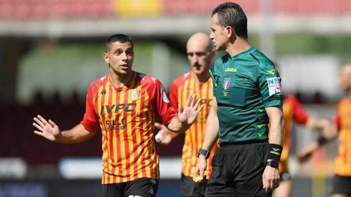 L'arbitro Doveri durante Benevento-Cagliari