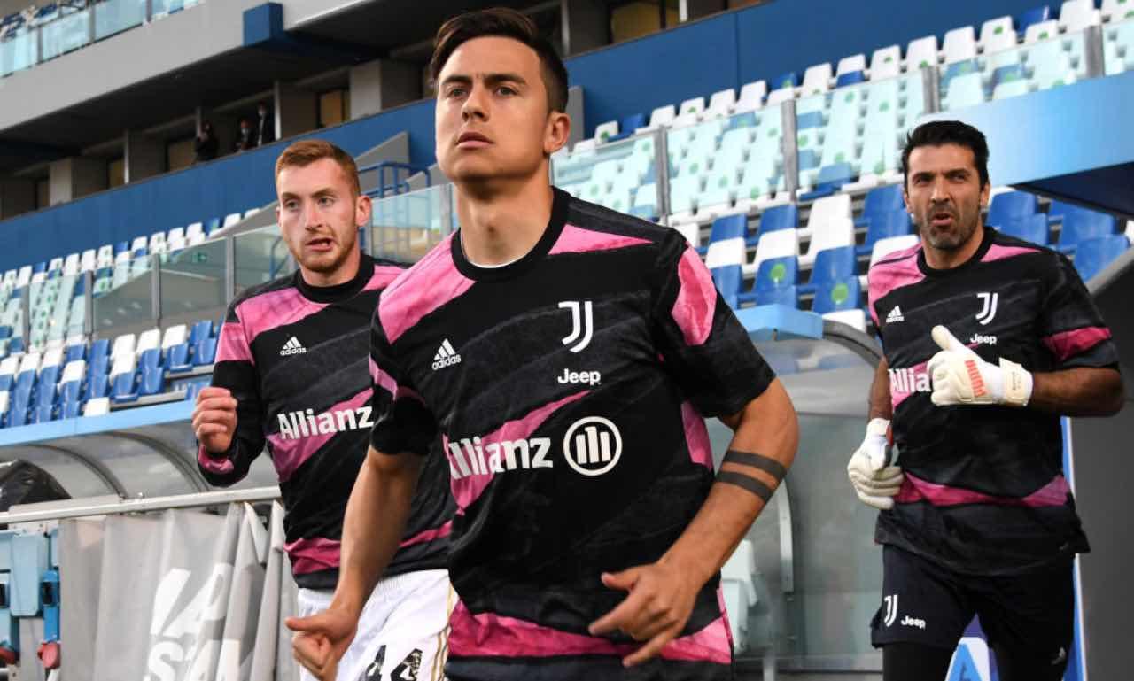 Dybala entra in campo per il riscaldamento in Sassuolo-Juventus