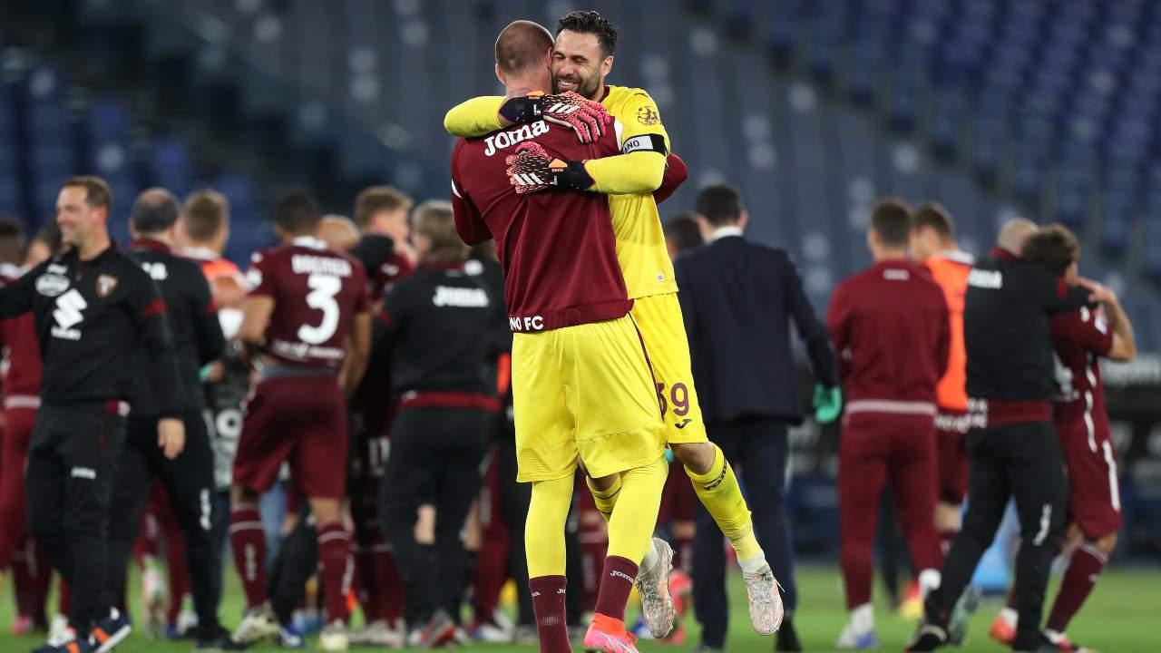 Salvatore Sirigu abbraccia un compagno