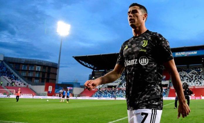 Ronaldo a bordo campo prima di Atalanta-Juventus di Coppa Italia