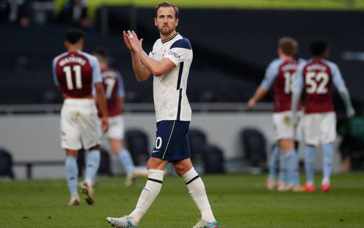 Kane applaude all'uscita dal campo