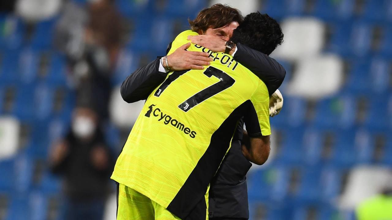 Gigi Buffon ed Andrea Pirlo si abbracciano