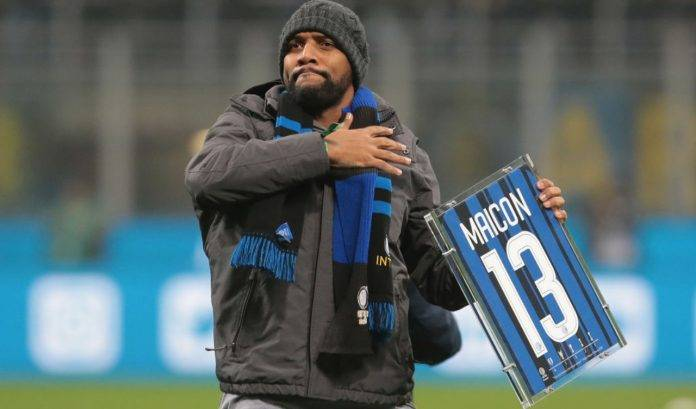 Maicon con la maglia celebrativa dell'Inter