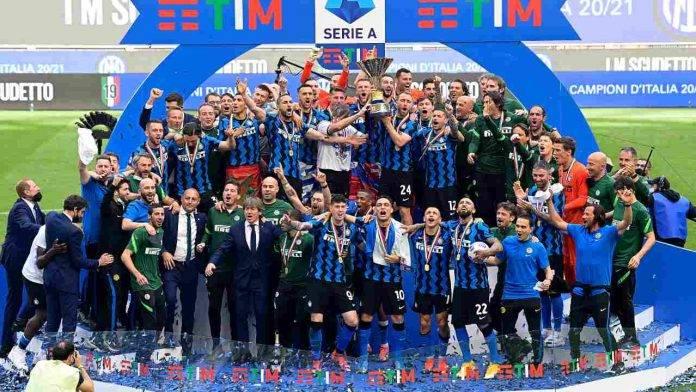 L'Inter solleva il trofeo per la conquista della serie A