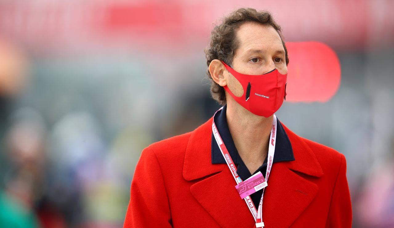 John Elkann con mascherina rossa