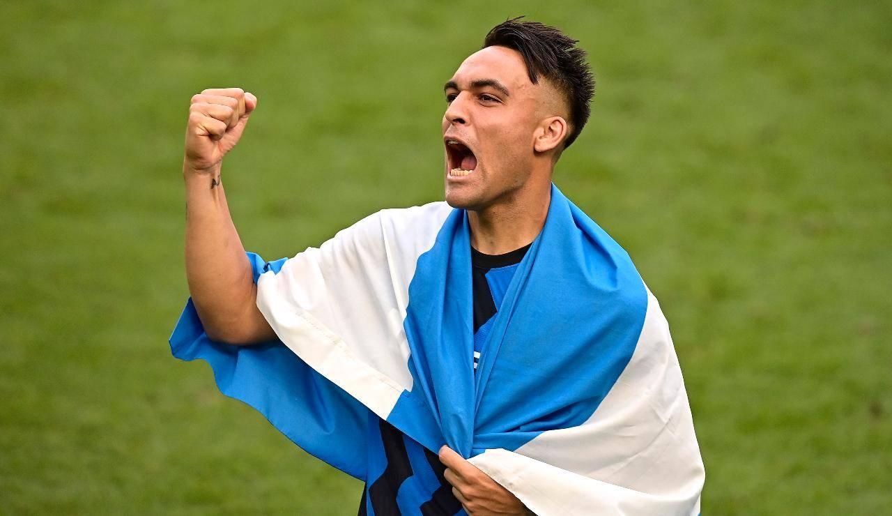 Lautaro Martinez esulta con la bandiera dell'Argentina