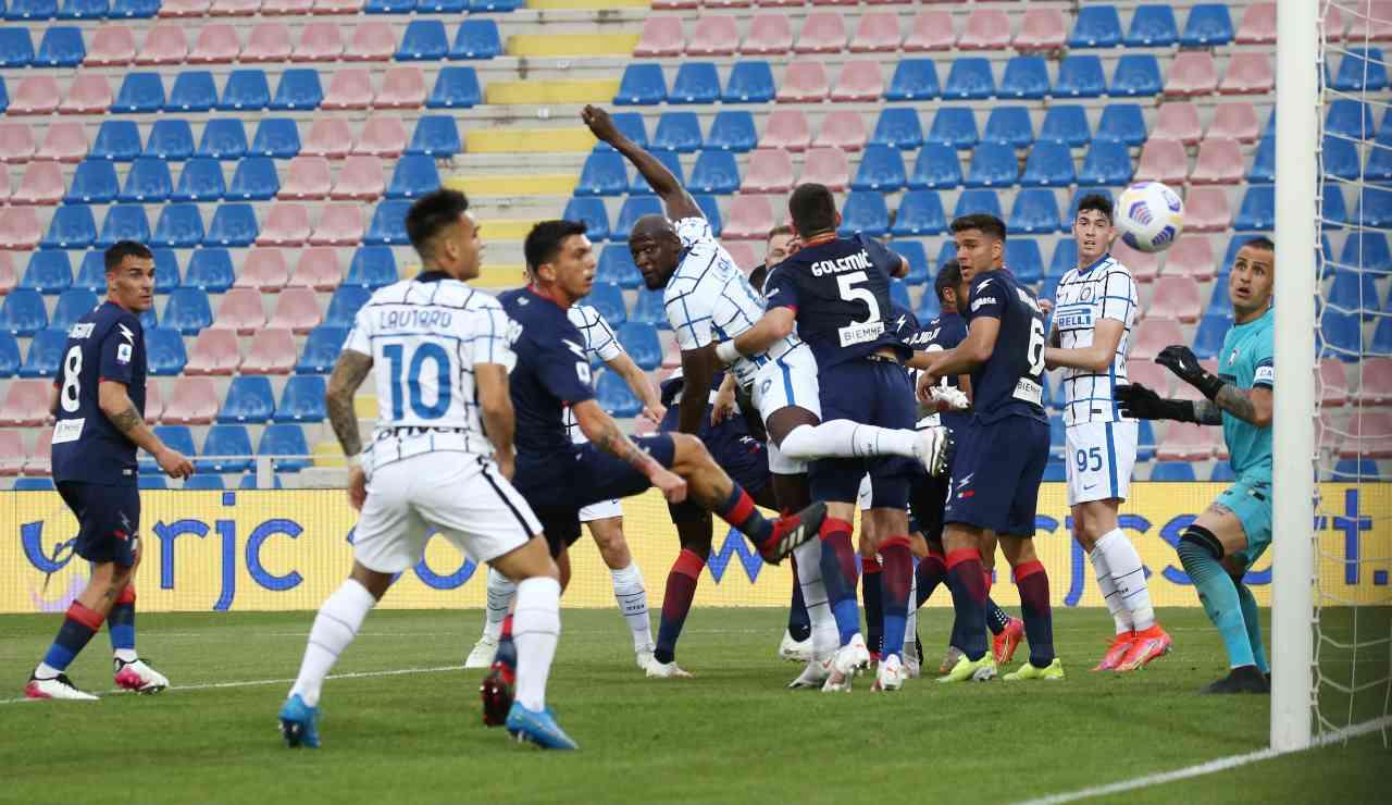 Lukaku gira di testa sugli sviluppi di un calcio piazzato
