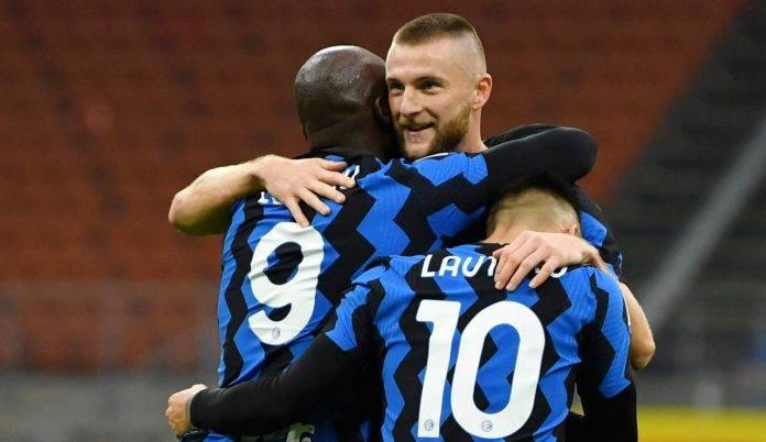Lukaku, Lautaro e Skriniar si abbracciano