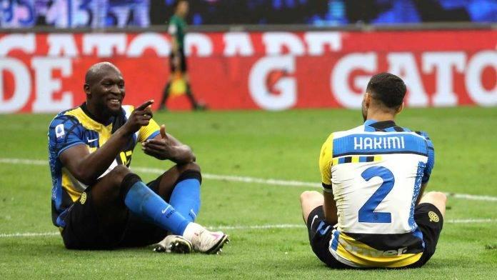 Lukaku e Hakimi festeggiano il gol contro la Roma