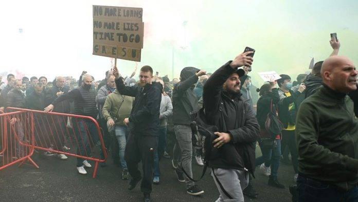 Manchester United Liverpool protesta tifosi