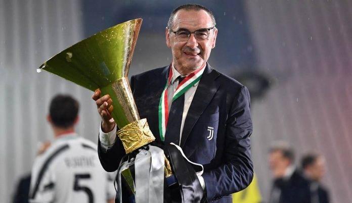 Sarri con la Coppa Italia conquistata sulla panchina della Juventus