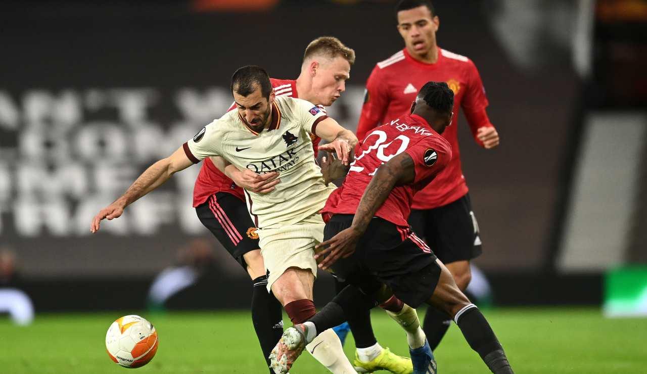 Mkhitaryan prova a sgusciare tra i calciatori del Manchester United