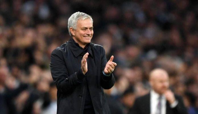 Mourinho ride e applaude