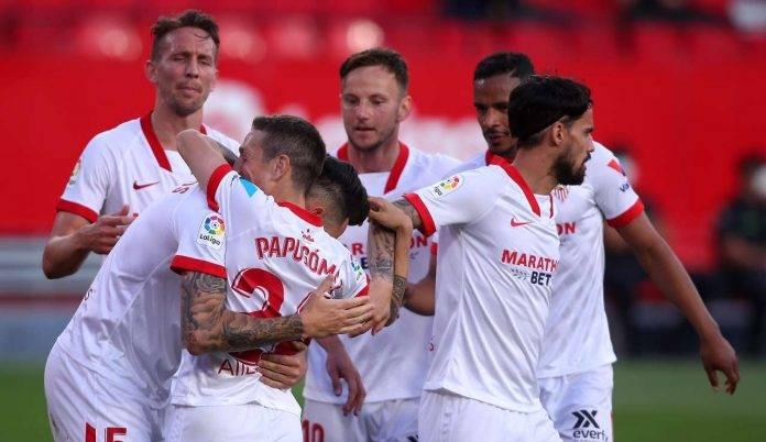 Papu Gomez abbraccia Ocampos dopo un gol al Granada (Getty Images)
