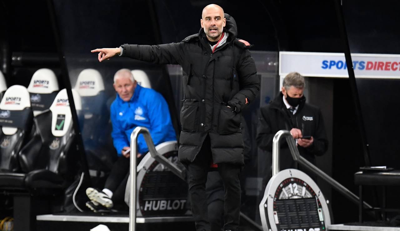 Guardiola dirige i suoi uomini durante un incontro del Manchester City