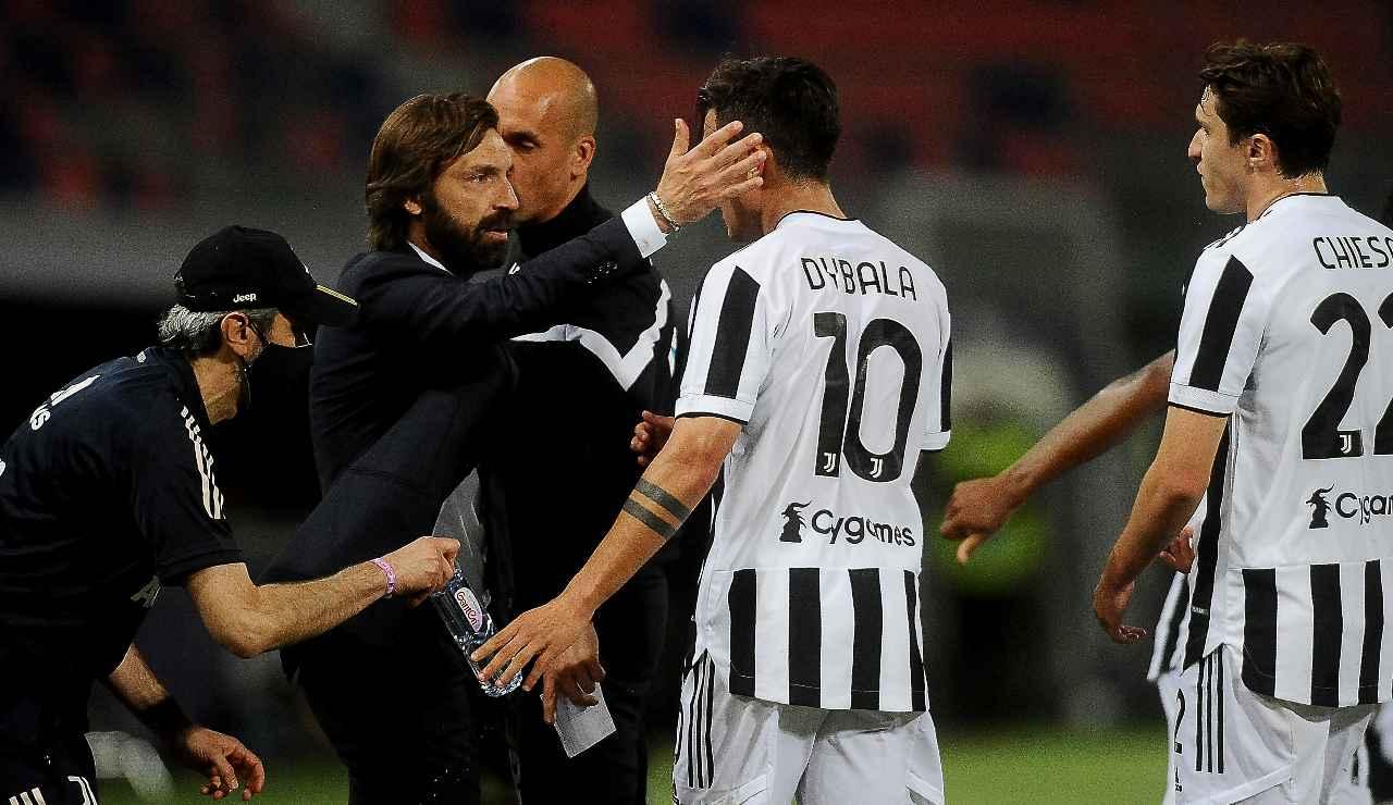 Andrea Pirlo abbraccia Dybala
