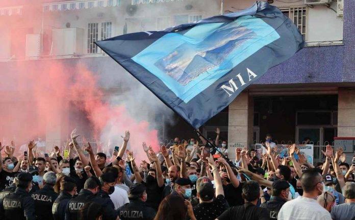 Tifosi del Napoli all'esterno dello stadio Maradona