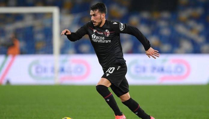 Sansone porta palla durante Napoli-Bologna