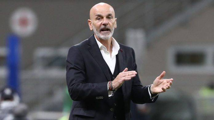 Stefano Pioli applaude