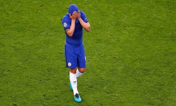 Thiago Silva con le mani sul volto