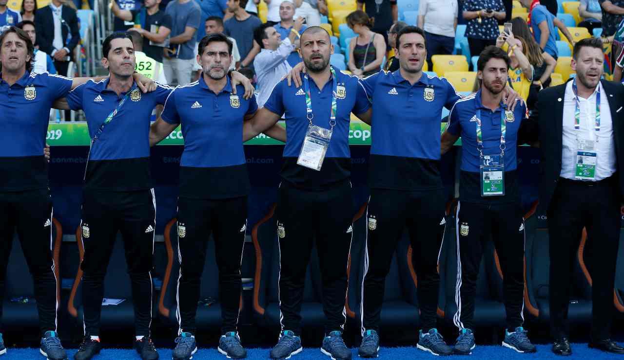 Walter Samuel mentre canta l'inno dell'Argentina insieme agli altri componenti dello staff di Lionel Scaloni