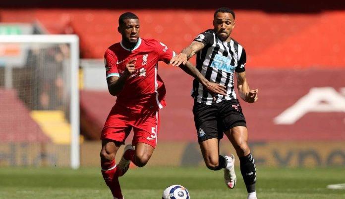 Wijnaldum a duello con un avversario Liverpool Newcastle