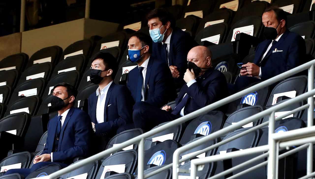 Zhang, presidente dell'Inter, guarda la partita in tribuna