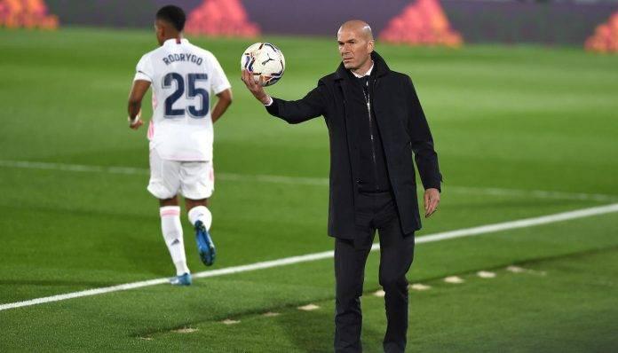 Zidane prende in mano il pallone