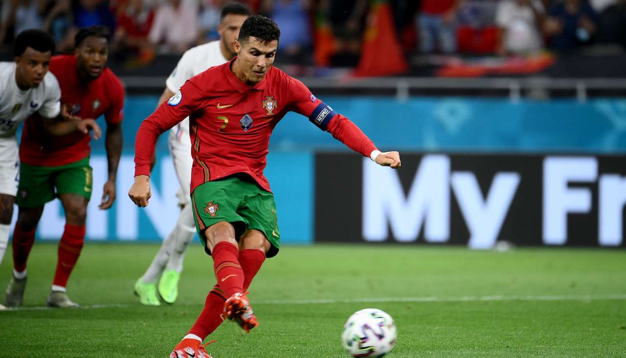 Cristiano Ronaldo calcia un rigore
