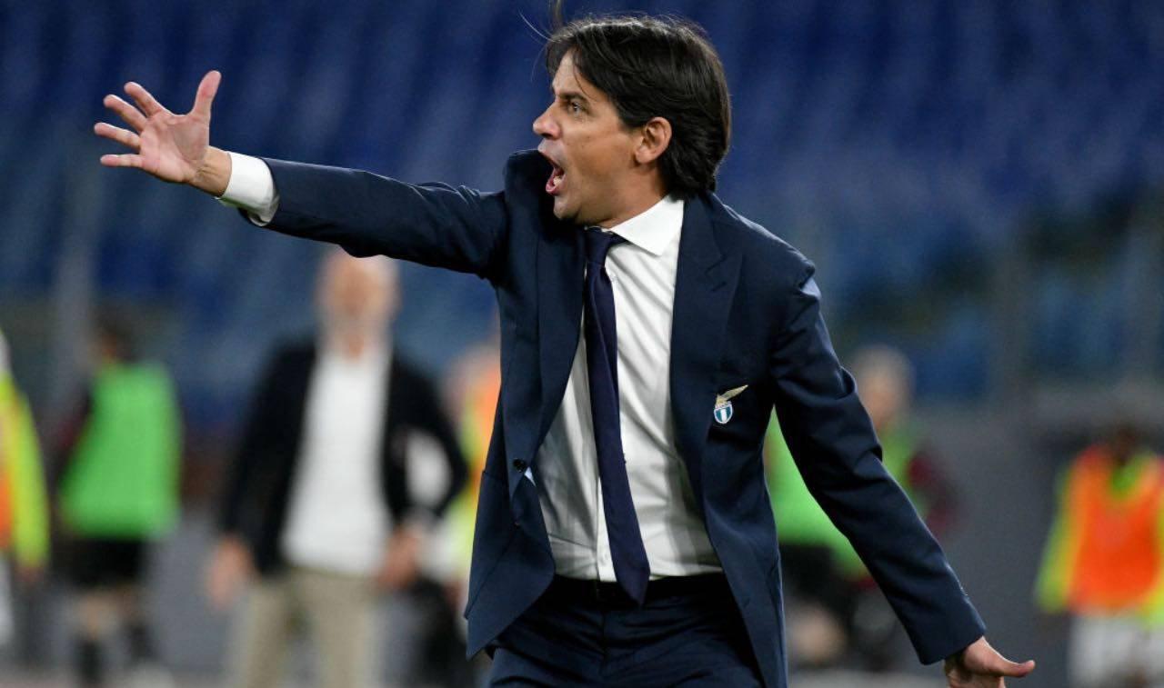 Simone Inzaghi dà istruzioni ai suoi giocatori